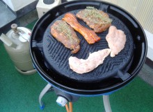 Camping Gasgrill mit Steaks