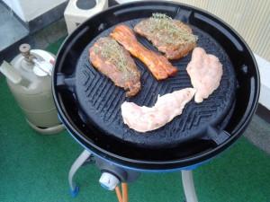Marinierte Steaks auf dem Grill