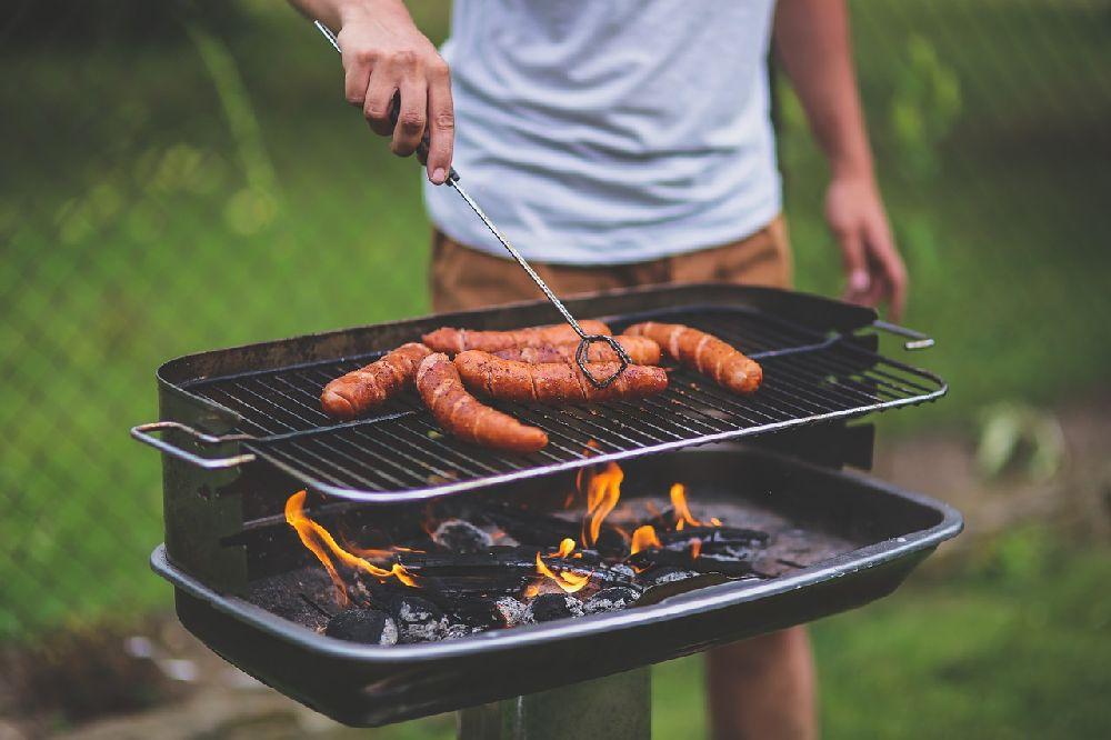 Mann grillt